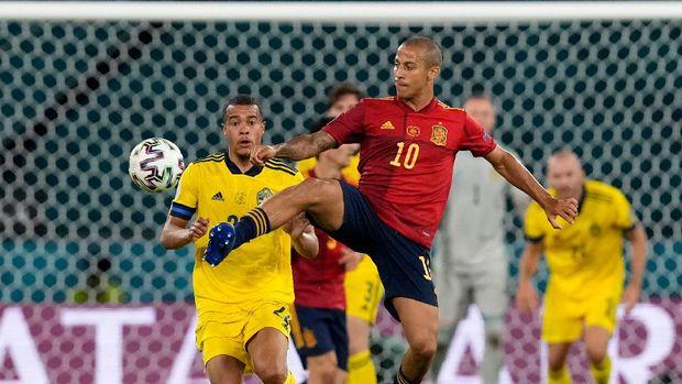 Soccer Football - Euro 2020 - Group E - Spain v Sweden - La Cartuja, Seville, Spain - June 14, 2021 Spain's Thiago in action with Sweden's Robin Quaison Pool via REUTERS/Thanassis Stavrakis