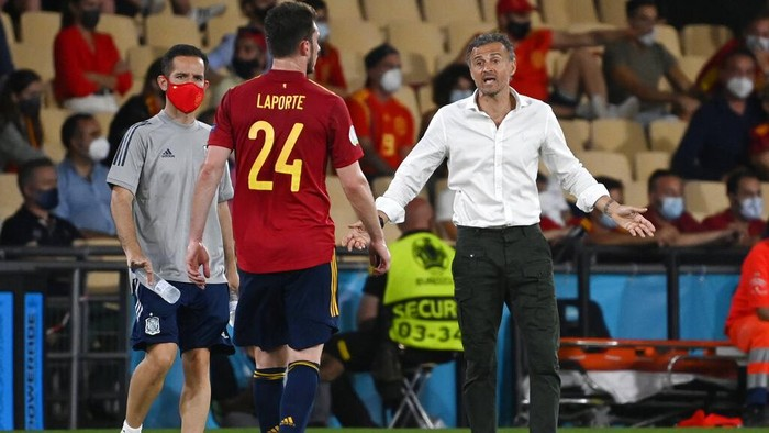 Spains manager Luis Enrique gestures with Aymeric Laporte during the Euro 2020 soccer championship group E match between Spain and Sweden at La Cartuja stadium in Seville, Monday, June 14, 2021. (AP Photo/Pierre Philippe Marcou, Pool)