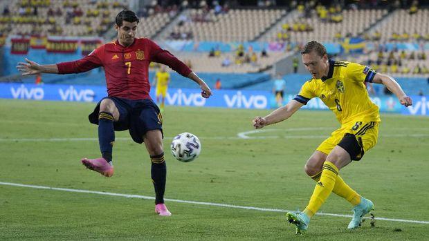 Soccer Football - Euro 2020 - Group E - Spain v Sweden - La Cartuja, Seville, Spain - June 14, 2021 Spain's Alvaro Morata in action with Sweden's Ludwig Augustinsson Pool via REUTERS/Thanassis Stavrakis