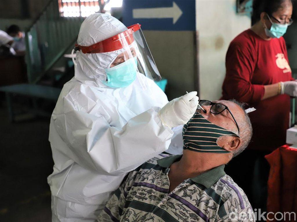 488 Pedagang dan Pengunjung Pusat Grosir Surabaya Ikut Swab PCR Massal