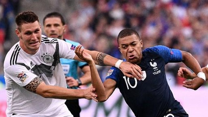 Frances forward Kylian Mbappe (R) vies with Germanys defender Niklas Sule during the UEFA Nations League football match between France and Germany at the Stade de France in Saint-Denis, near Paris on October 16, 2018. (Photo by FRANCK FIFE / AFP)