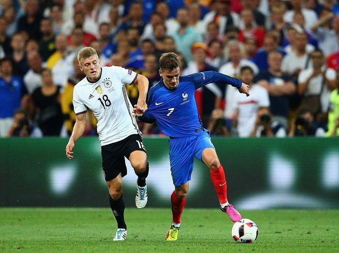 MARSEILLE, FRANCE - JULY 07:  Antoine Griezmann of France runs with the ball under pressure from Toni Kroos of Germany during the UEFA EURO semi final match between Germany and France at Stade Velodrome on July 7, 2016 in Marseille, France.  (Photo by Alex Livesey/Getty Images)