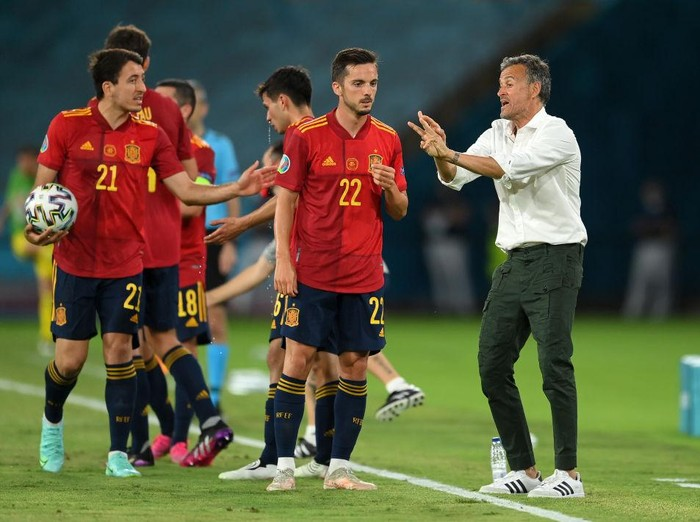 SEVILLE, SPAIN - JUNE 14: Luis Enrique, Head Coach of Spain gives instructions to Pablo Sarabia and Mikel Oyarzabal of Spain during the UEFA Euro 2020 Championship Group E match between Spain and Sweden at the La Cartuja Stadium on June 14, 2021 in Seville, Spain. (Photo by David Ramos/Getty Images)