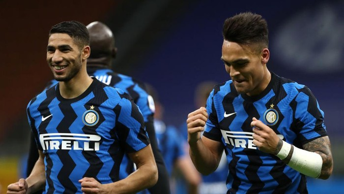 MILAN, ITALY - APRIL 07: Lautaro Martinez (R) of Internazionale celebrates with team mate Achraf Hakimi after scoring their sides second goal during the Serie A match between FC Internazionale and US Sassuolo at Stadio Giuseppe Meazza on April 07, 2021 in Milan, Italy. Sporting stadiums around Italy remain under strict restrictions due to the Coronavirus Pandemic as Government social distancing laws prohibit fans inside venues resulting in games being played behind closed doors. (Photo by Marco Luzzani/Getty Images)