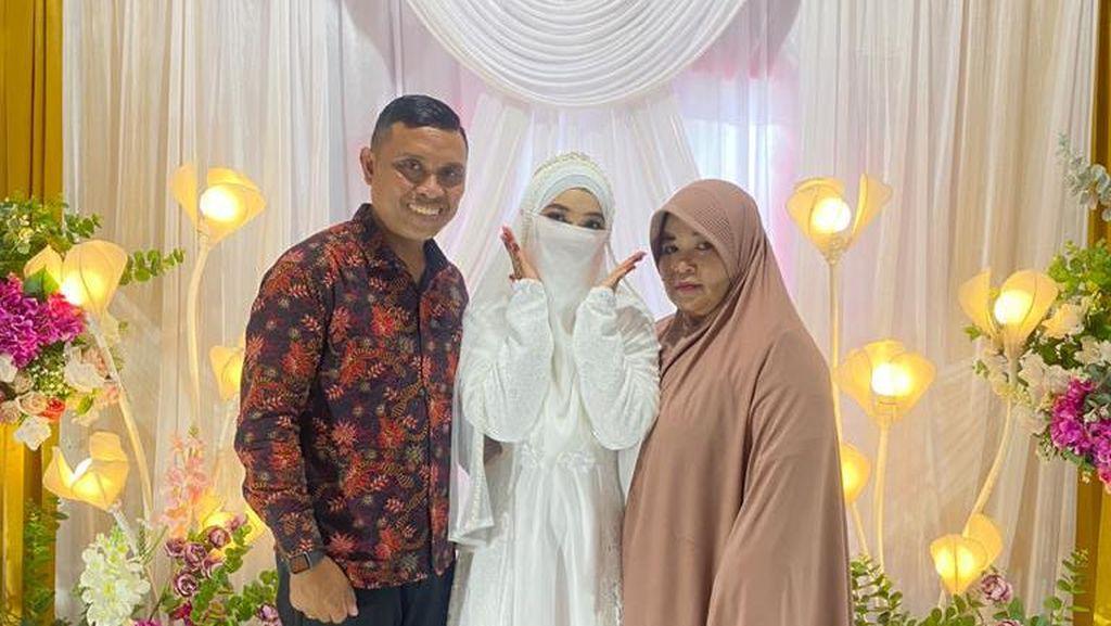 Foto: Momen Haru Ayah Pendeta Datang ke Pernikahan Putrinya yang Bercadar