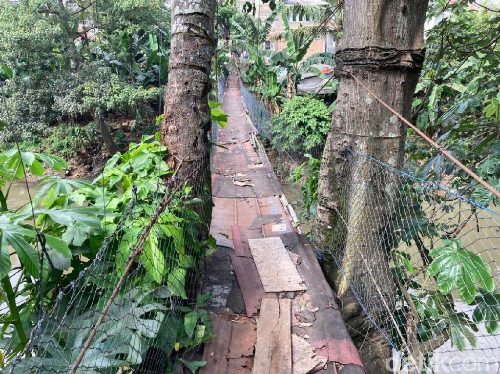 Jembatan Gantung nan Lapuk di Srengseng Sawah Ada Sejak 20 Tahun Lalu