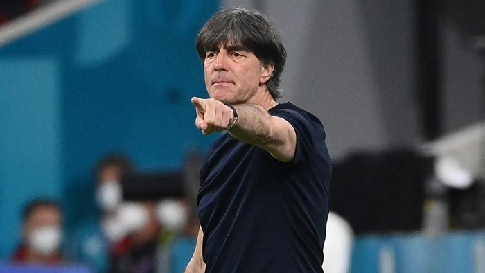 Germanys coach Joachim Loew speaks to his players during the UEFA EURO 2020 Group F football match between France and Germany at the Allianz Arena in Munich on June 15, 2021. (Photo by FRANCK FIFE / POOL / AFP)