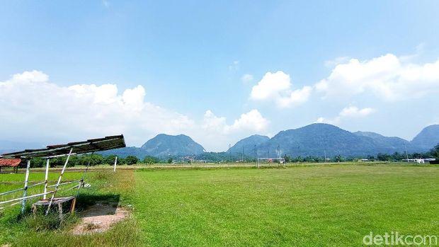 Lapangan sepakbola Desa Girinata, Kecamatan Dukupuntang, Kabupaten Cirebon, Jawa Barat ini punya pemandangan bukit yang menawan.