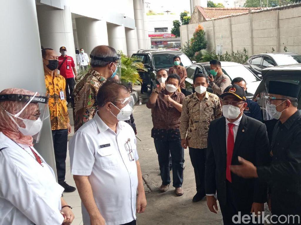 Didampingi Ridwan Kamil, Menko PMK Tinjau RS Rujukan COVID-19 di Bandung