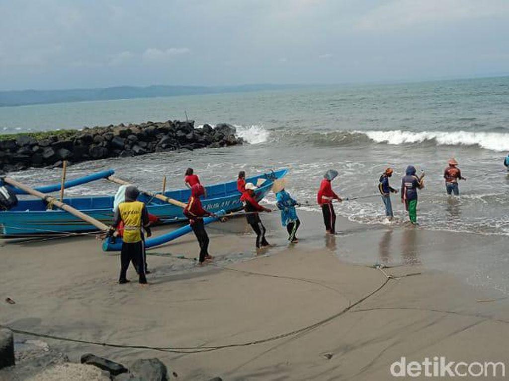 Kisah Nelayan Jaring Eret di Pantai Pangandaran