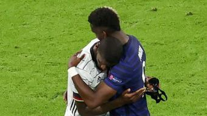 Germanys defender Antonio Ruediger (L) is greeted by Frances midfielder Paul Pogba (R) at the end of the UEFA EURO 2020 Group F football match between France and Germany at the Allianz Arena in Munich on June 15, 2021. (Photo by ALEXANDER HASSENSTEIN / POOL / AFP)