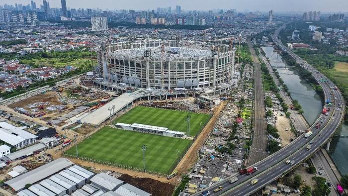 Pembangunan Jakarta International Stadium (JIS) terus berlangsung. Proses pengangkatan rangka atap JIS yang memiliki berat 3.900 ton pun berlangsung hari ini.