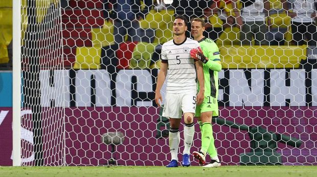 Soccer Football - Euro 2020 - Group F - France v Germany - Football Arena Munich, Munich, Germany - June 15, 2021 Germany's Mats Hummels is consoled by teammate Manuel Neuer after scoring an own goal and the first for France Pool via REUTERS/Kai Pfaffenbach
