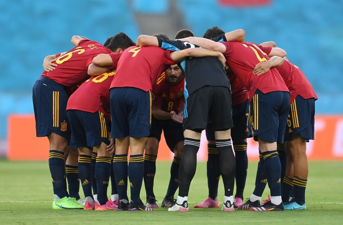 SEVILLE, SPAIN - JUNE 14: Players of Spain form a huddle prior to the UEFA Euro 2020 Championship Group E match between Spain and Sweden at the La Cartuja Stadium on June 14, 2021 in Seville, Spain. (Photo by David Ramos/Getty Images)