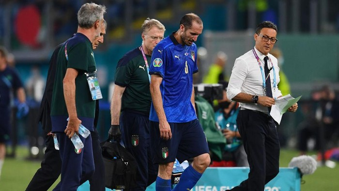 ROME, ITALY - JUNE 16: Giorgio Chiellini of Italy looks dejected as he leaves the pitch after picking up an injury during the UEFA Euro 2020 Championship Group A match between Italy and Switzerland at Olimpico Stadium on June 16, 2021 in Rome, Italy. (Photo by Claudio Villa/Getty Images)