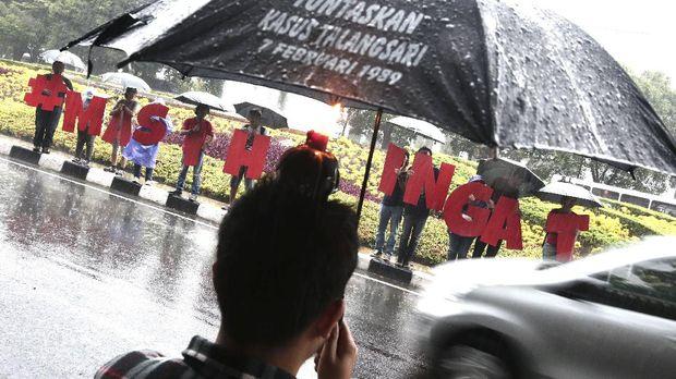 Aktivis kontras memperingati kasus tragedi kemanusiaan yang menimpa warga Talangsari yang terjadi 27 tahun yang lalu. Para aktivis mambakar lilin  sambil membawa tulisan  masih ingat dalam aksi yang di gelar di taman pangeran Diponegoro, menteng jakarta p
