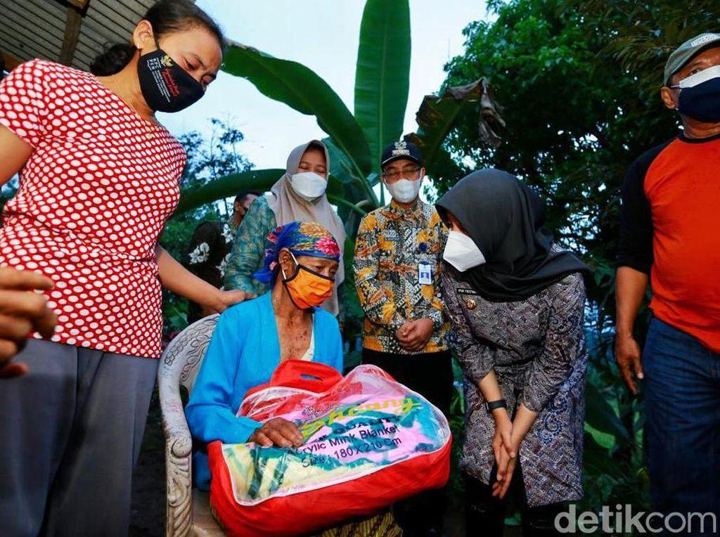 Bupati Ipuk Temui dan Beri Bantuan Keluarga Korban Longsor di Banyuwangi