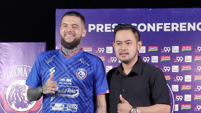 Arema FC mendapat amunisi baru jelang bergulirnya Liga 1 2021. Singo Edan baru saja merekrut mantan bek timnas Indonesia Diego Michiels.