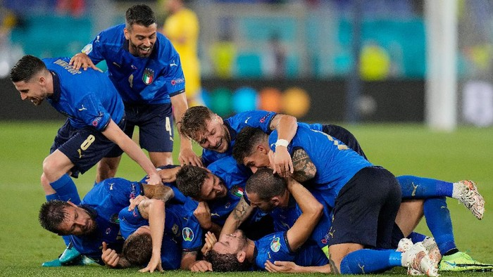 ROME, ITALY - JUNE 16: Manuel Locatelli of Italy celebrates with team mates after scoring their sides second goal during the UEFA Euro 2020 Championship Group A match between Italy and Switzerland at Olimpico Stadium on June 16, 2021 in Rome, Italy. (Photo by Alessandra Tarantino - Pool/Getty Images)