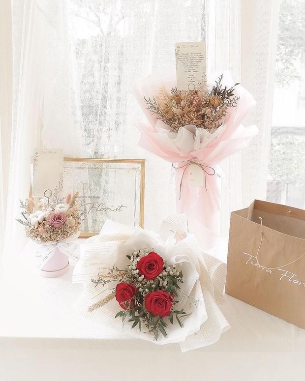 Beri hadiah buket bunga untuk momen dan orang spesial.