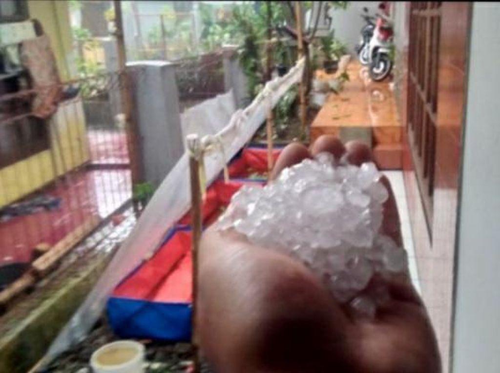 Hujan Es dan Angin Kencang Terjang Bandung, Pohon Tumbang-Rumah Rusak