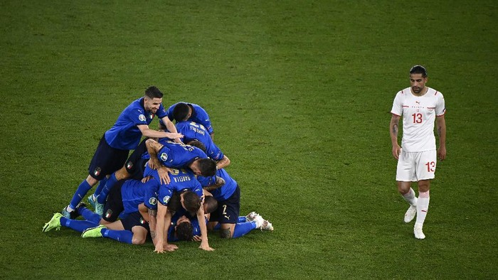ROME, ITALY - JUNE 16: Manuel Locatelli of Italy celebrates with team mates after scoring their sides second goal as Ricardo Rodriguez of Switzerland looks dejected during the UEFA Euro 2020 Championship Group A match between Italy and Switzerland at Olimpico Stadium on June 16, 2021 in Rome, Italy. (Photo by Riccardo Antimiani - Pool/UEFA via Getty Images)