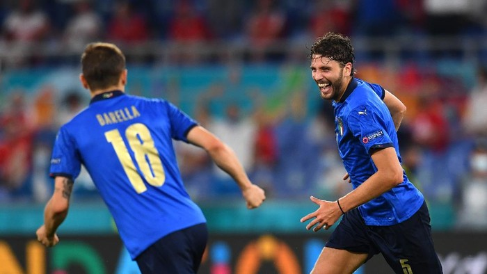ROME, ITALY - JUNE 16: Manuel Locatelli of Italy celebrates with Nicolo Barella after scoring their sides first goal during the UEFA Euro 2020 Championship Group A match between Italy and Switzerland at Olimpico Stadium on June 16, 2021 in Rome, Italy. (Photo by Claudio Villa/Getty Images)