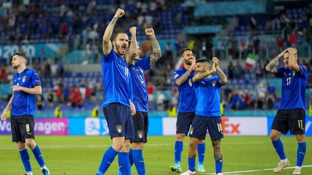 Italy players celebrate their victory against Switzerland after the Euro 2020 soccer championship group A match at the Olympic stadium in Rome, Italy, Wednesday, June 16, 2021. (AP Photo/Alessandra Tarantino, Pool)