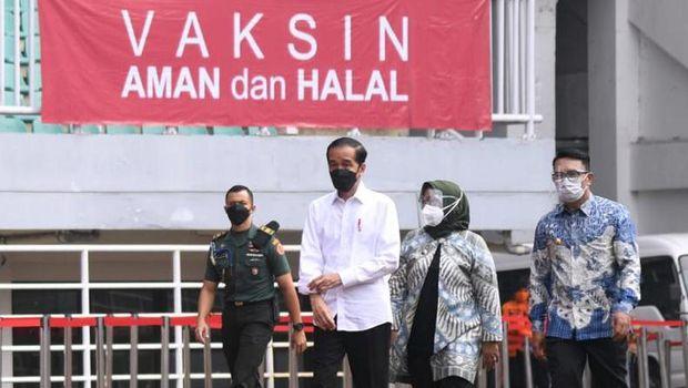 Jokowi meninjau vaksinasi di Stadion Pakansari Bogor.