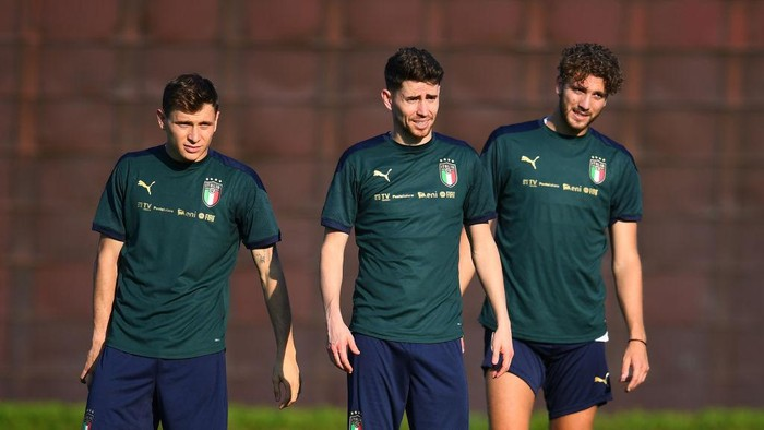 FLORENCE, ITALY - JUNE 13: Jorginho, Manuel Locatelli and Nicolo Barella of Italy in action during an Italy training session at Centro Tecnico Federale di Coverciano on June 13, 2021 in Florence, Italy. (Photo by Claudio Villa/Getty Images)