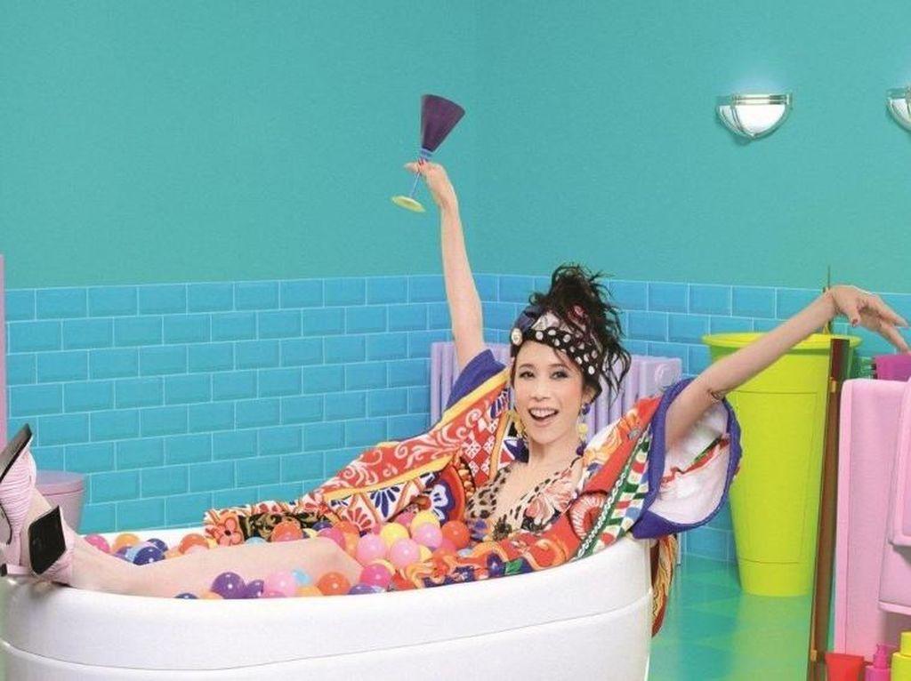 Penyanyi Hong Kong Dikecam Setelah Pakai Baju Dolce & Gabbana di Video Klip