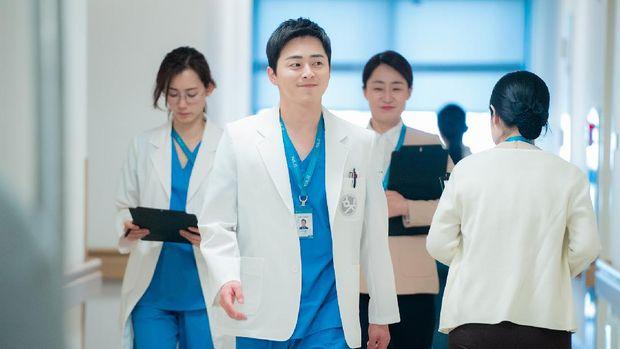 Lee Ik-jun (Jo Jung-suk) dalam Hospital Playlist 2