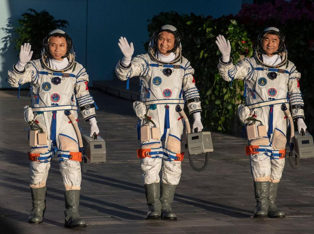 Spacewalk Perdana Astronaut China di Luar Angkasa