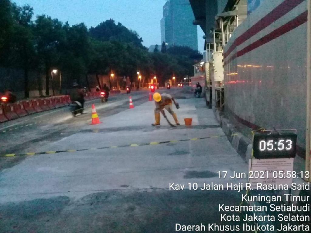 Setelah Ditambal Aspal, Busway Depan Halte Kuningan Timur Kini Dibeton