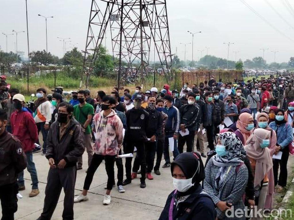 Penampakan Antrean Vaksinasi COVID-19 di GBLA Bandung
