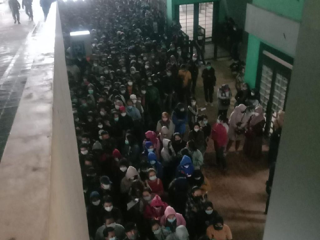 Ridwan Kamil Minta Maaf soal Kerumunan Vaksinasi Massal di Stadion GBLA