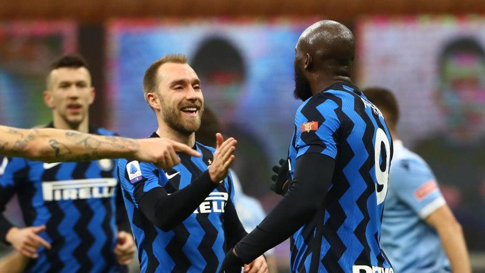 MILAN, ITALY - FEBRUARY 14: Romelu Lukaku of FC Internazionale  celebrates after scoring their teams first goal with Christian Eriksen  during the Serie A match between FC Internazionale  and SS Lazio at Stadio Giuseppe Meazza on February 14, 2021 in Milan, Italy. Sporting stadiums around Italy remain under strict restrictions due to the Coronavirus Pandemic as Government social distancing laws prohibit fans inside venues resulting in games being played behind closed doors. (Photo by Marco Luzzani/Getty Images)