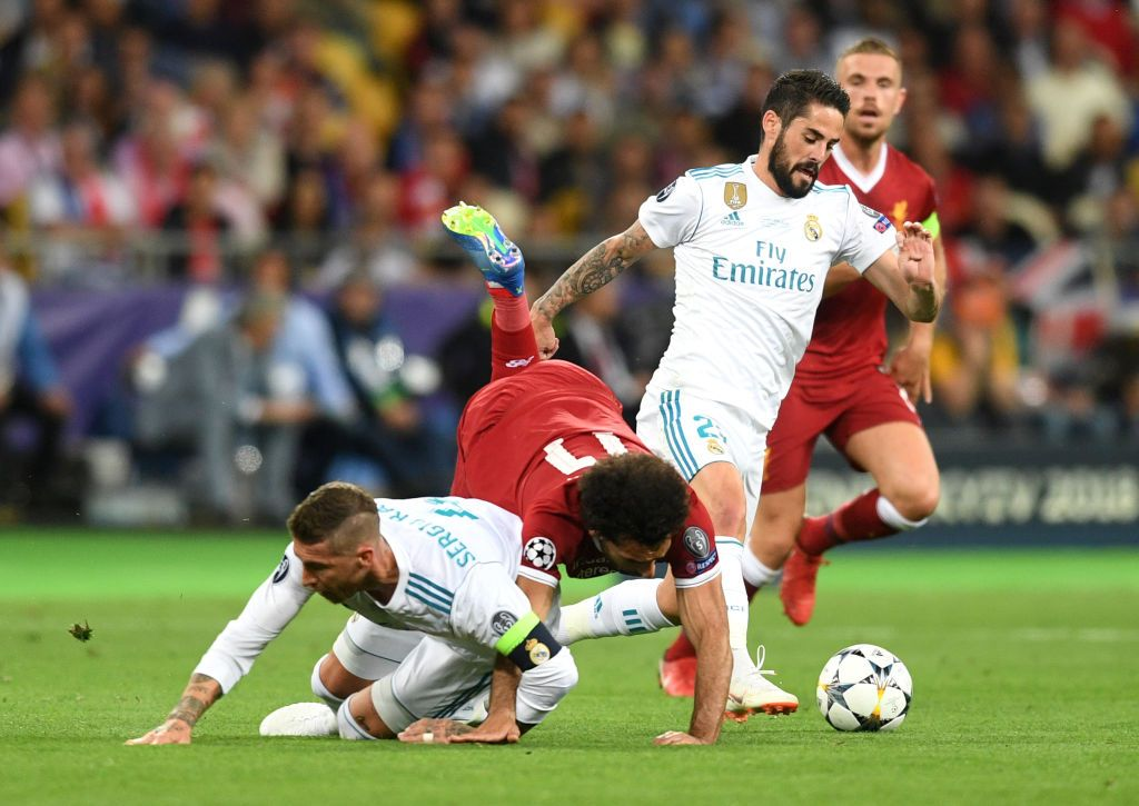 MADRID, SPAIN - FEBRUARY 09: Sergio Ramos of Real Madrid CF gives instructions to his teammates during the La Liga match between  Club Atletico de Madrid and Real Madrid CF at Wanda Metropolitano on February 09, 2019 in Madrid, Spain. (Photo by Gonzalo Arroyo Moreno/Getty Images)