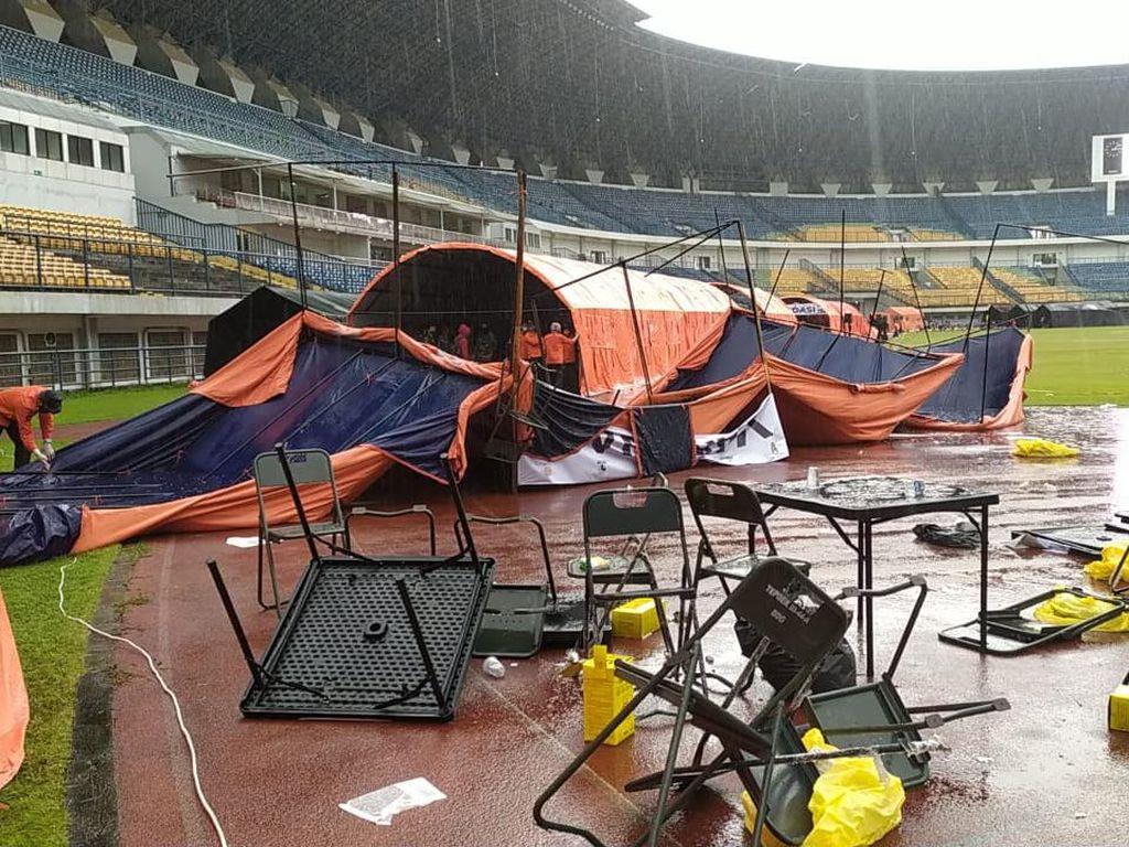 Hujan Angin, Tenda Vaksinasi Massal di Stadion GBLA Bandung Ambruk