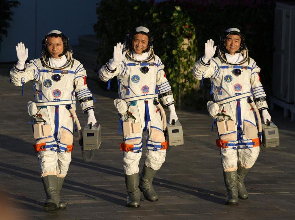 China Luncurkan 3 Astronaut ke Stasiun Luar Angkasa