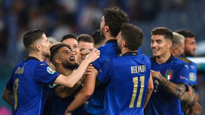 ROME, ITALY - JUNE 16: Manuel Locatelli (c) of Italy is congratulated on scoring the first goal by Jorginho, Lorenzo Insigne, Domenico Berardi and Giovanni Di Lorenzo during the UEFA Euro 2020 Championship Group A match between Italy and Switzerland at Olimpico Stadium on June 16, 2021 in Rome, Italy. (Photo by Mike Hewitt/Getty Images)