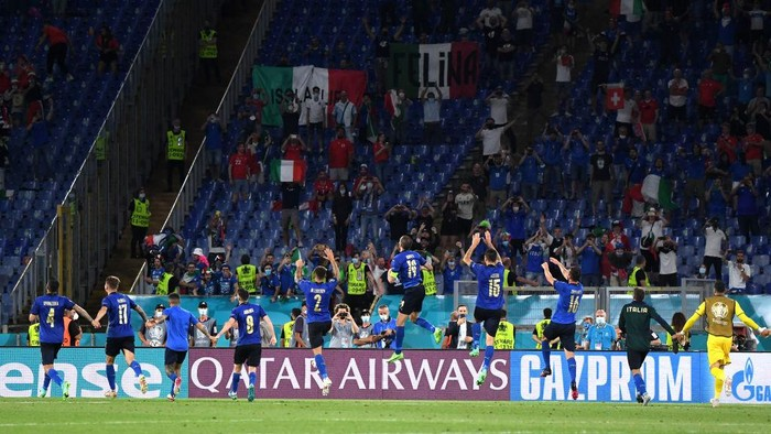 ROME, ITALY - JUNE 16: Players of Italy celebrate in front of the fans after victory in the UEFA Euro 2020 Championship Group A match between Italy and Switzerland at Olimpico Stadium on June 16, 2021 in Rome, Italy. (Photo by Alberto Lingria - Pool/Getty Images)
