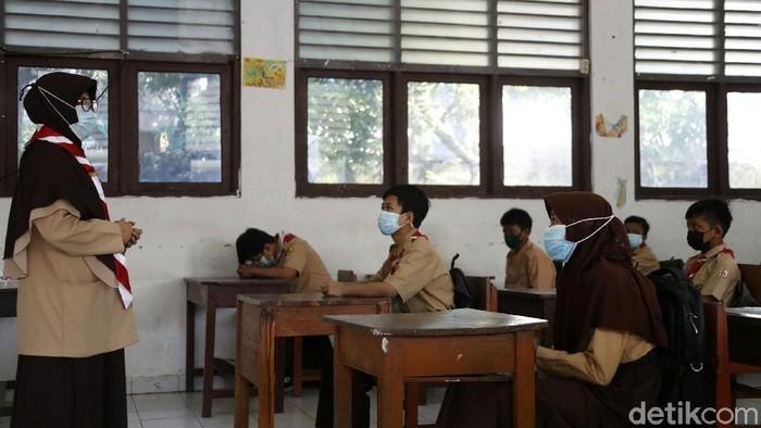 Uji coba pembelajaran tatap muka (PTM) di Ibu Kota, masih tetap berjalan di tengah lonjakan COVID-19. Salah satunya di Sekolah Memecah Pertama (SMP) Yamas, Kecamatan Makassar, Jakarta Timur.