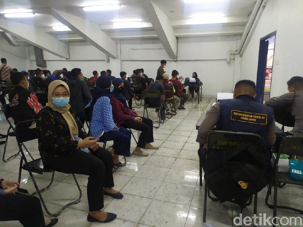 Tenda Ambruk Diterjang Angin, Vaksinasi di GBLA Dilanjut dalam Ruangan
