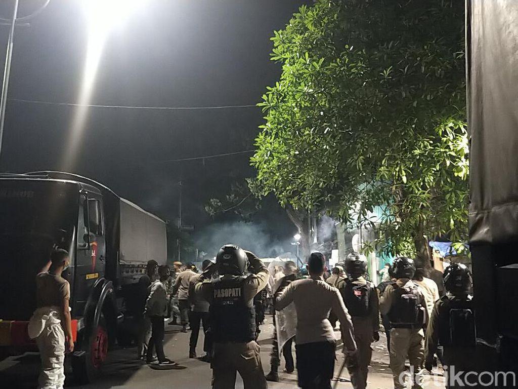 Polisi Pukul Mundur Massa Bonek dengan Tembakan Gas Air Mata Lagi