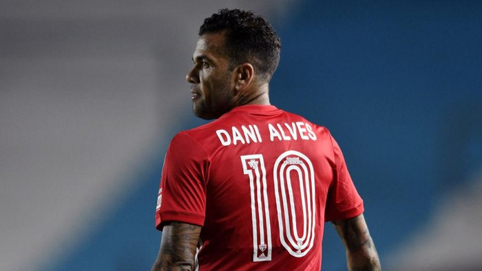 AVELLANEDA, ARGENTINA - MAY 05: Dani Alves of Sao Paulo looks on during a match between Racing Club and Sao Paulo as part of Group E of Copa CONMEBOL Libertadores 2021 at Presidente Peron Stadium on May 05, 2021 in Avellaneda, Argentina. (Photo by Marcelo Endelli/Getty Images)