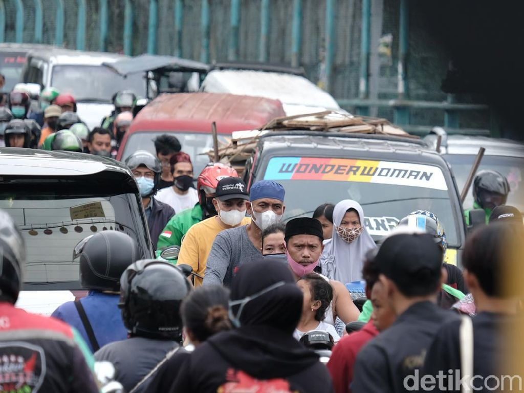 Duh, Semrawutnya Lalin di Perlintasan Kereta Pondok Ranji