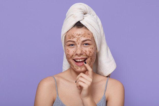 Eskfoliasi wajah dengan scrub