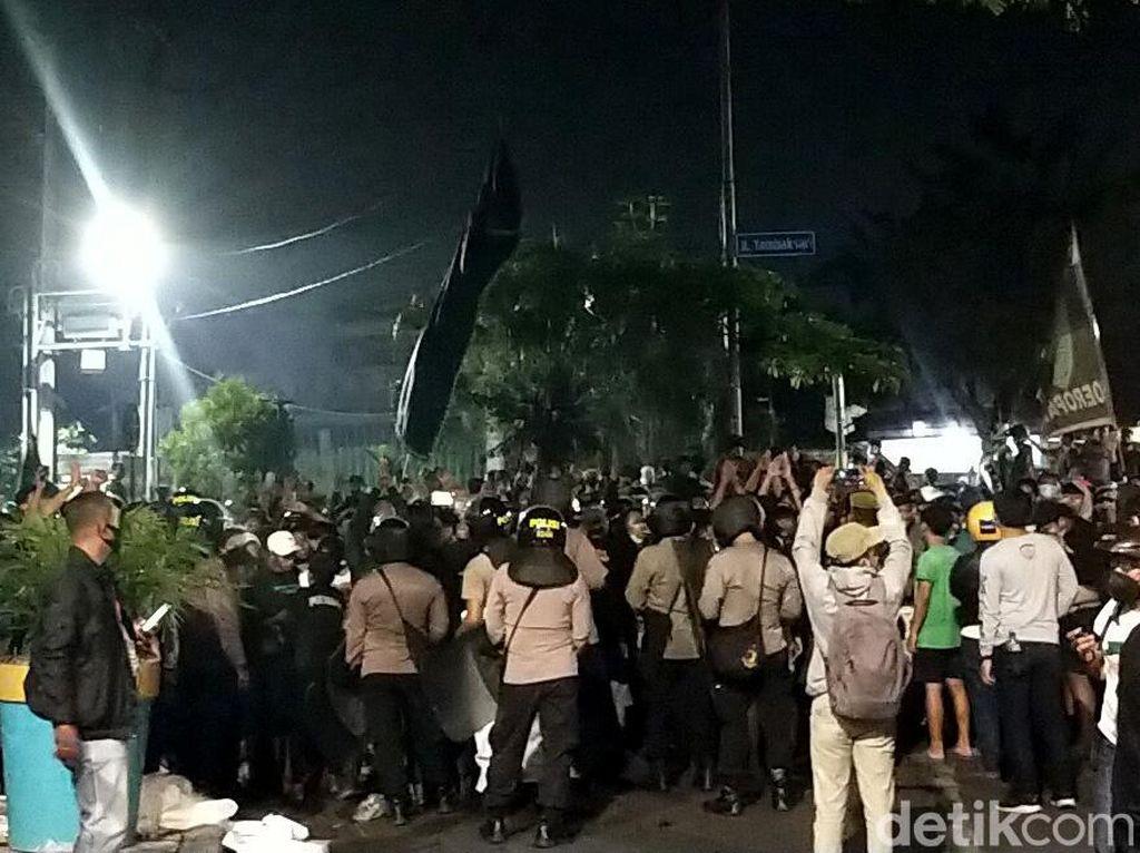 Foto: Bonek Padati Jalan ke Stadion Tambaksari