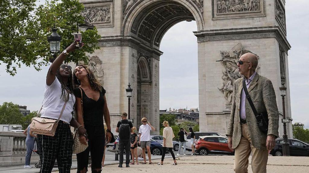 Giliran Prancis Longgarkan Aturan Wajib Masker di Luar Ruangan